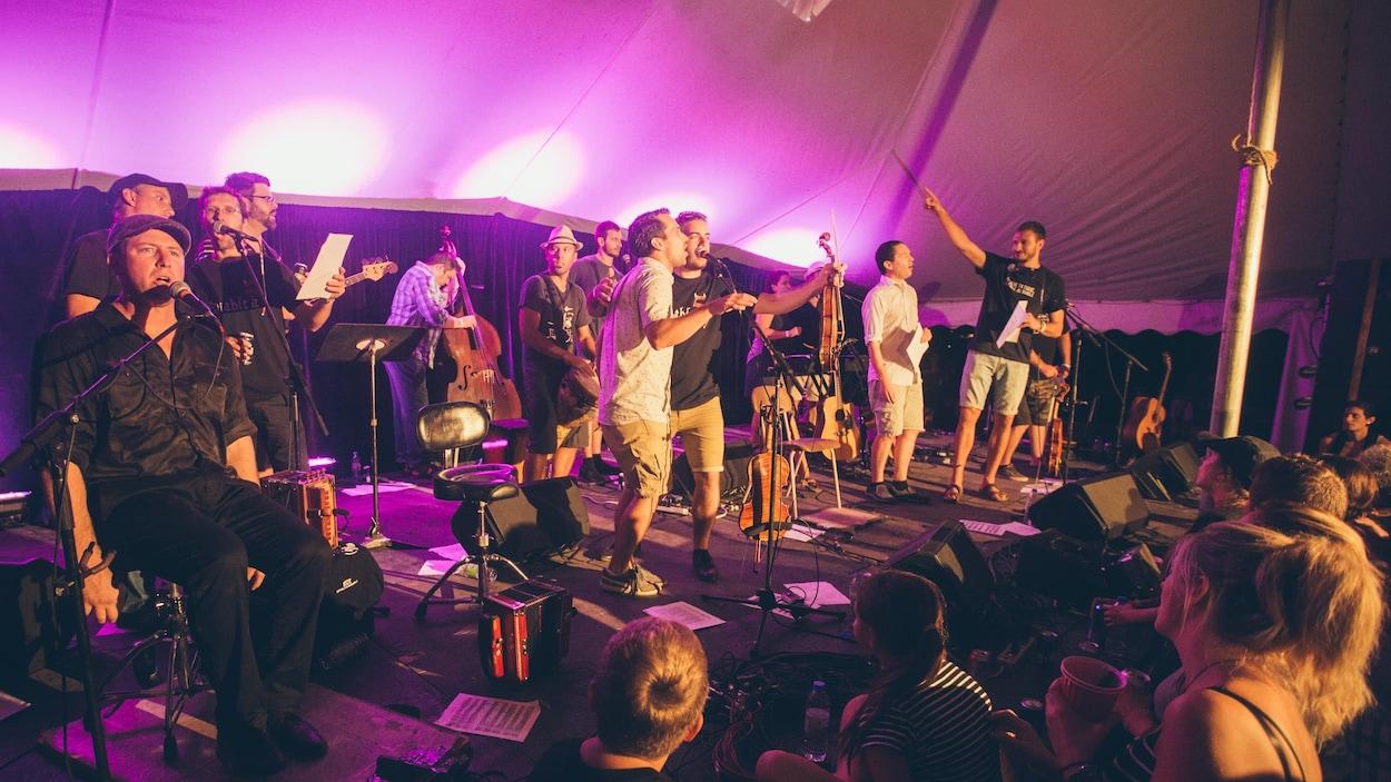 Un groupe de musique folklorique est sur une scène.