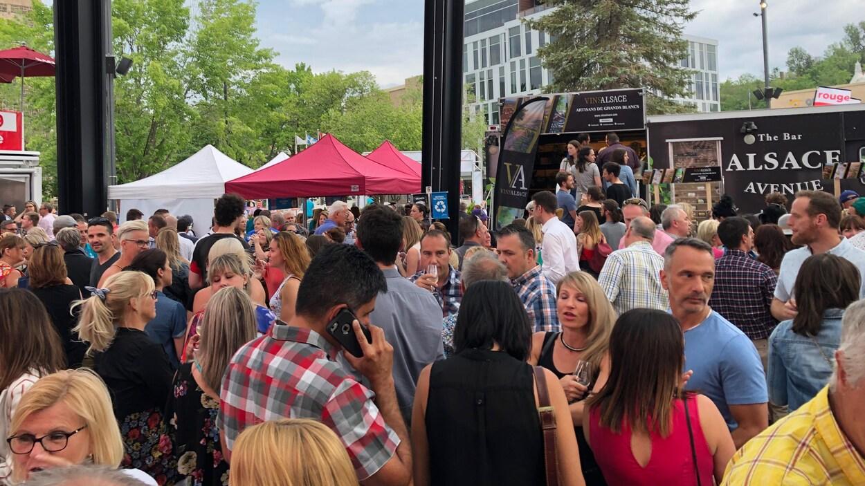 La foule rassemblée à la Place du citoyen pour le festival.