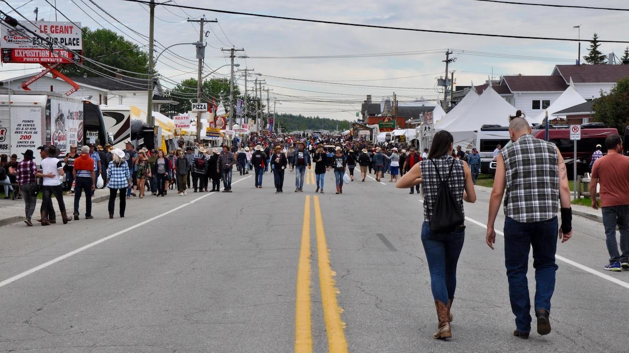 Des gens marchent dans les rues de Saint-Tite