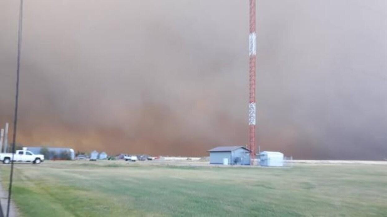 Une fumée noirea envahi le ciel de Burstall, dans l'ouest de la Saskatchewan.