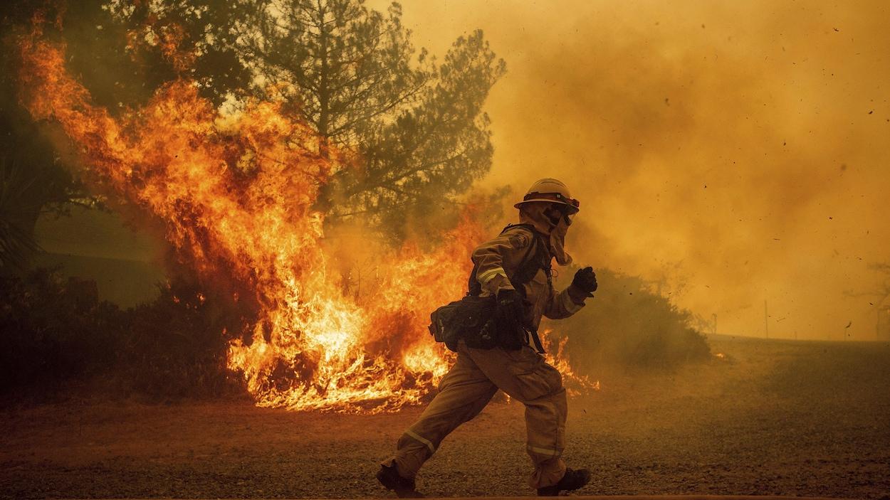 Un pompier tente de sauver une maison des flammes à Lakeport, dans le nord de la Californie.