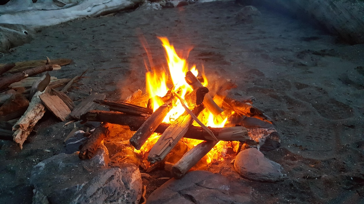 Un feu de camp sur une plage.
