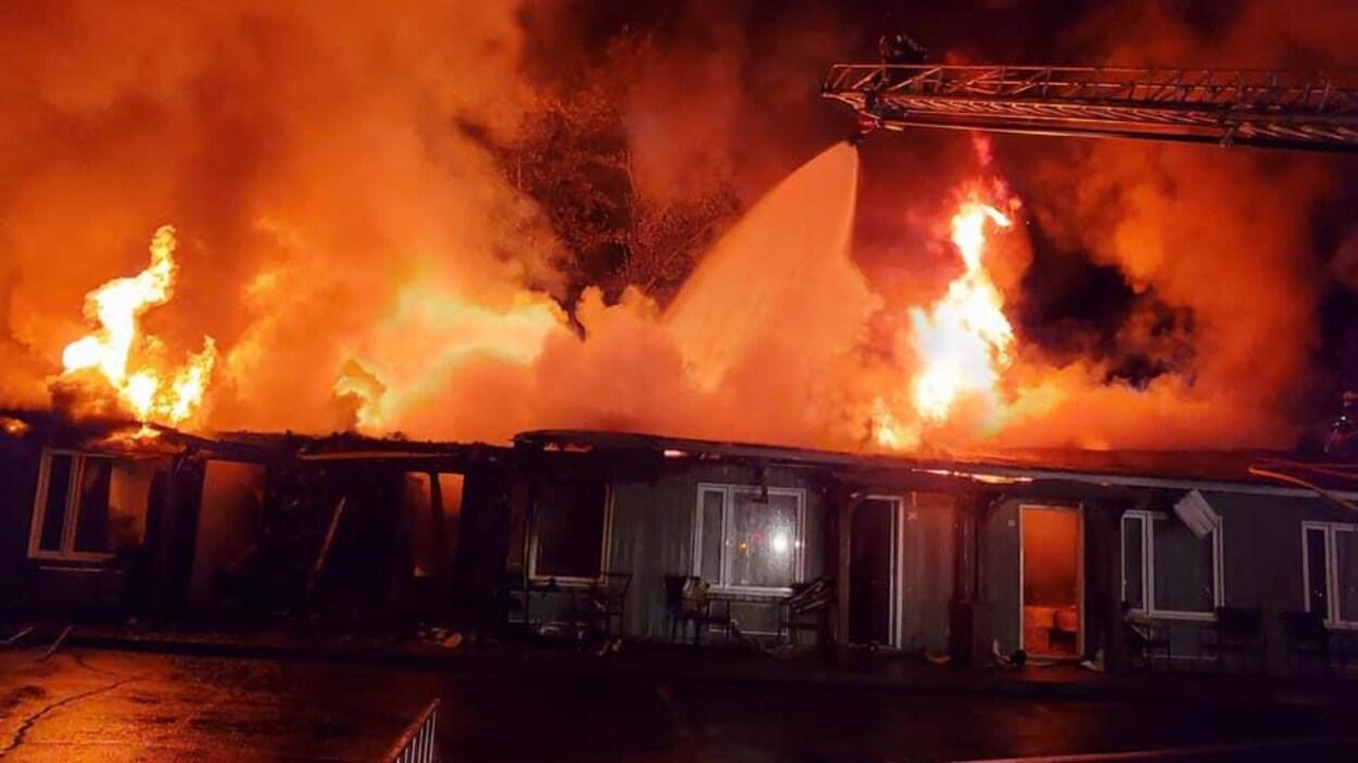 Les flammes ont complètement détruit une partie du motel.