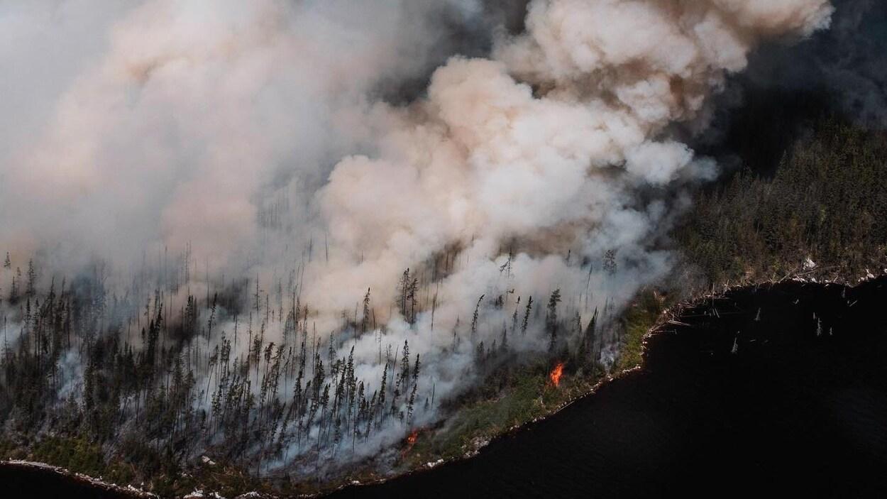 Vue aérienne du feu de forêt dans le secteur de Chute-des-Passes.