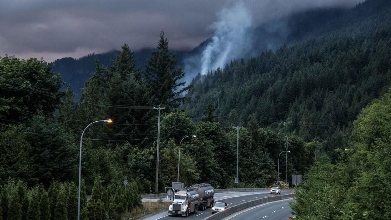 Un feu de forêt brûle le long d'une autoroute en C.-B.