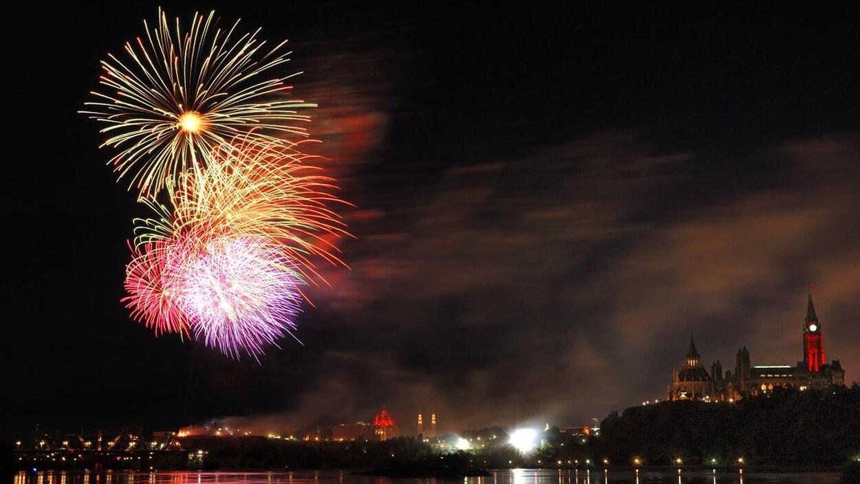 Des feux d'artifice de colorés illuminent le ciel d'Ottawa.