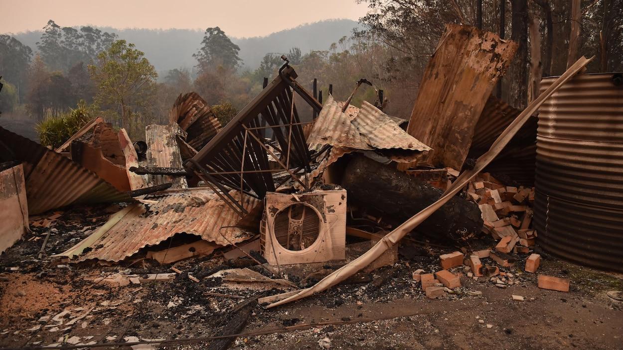 Une maison détruite par un feu de forêt.
