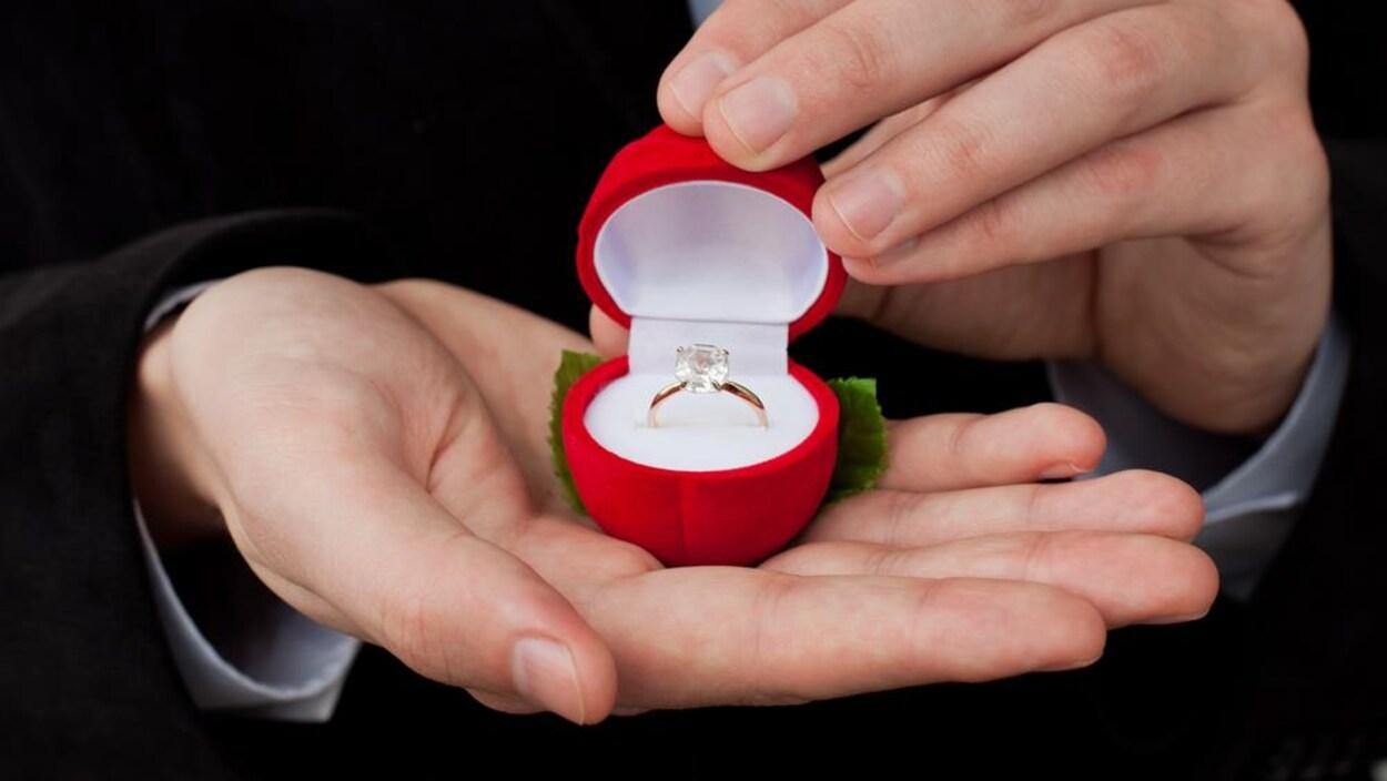 Une bague de fiançailles ornée d'un diamant