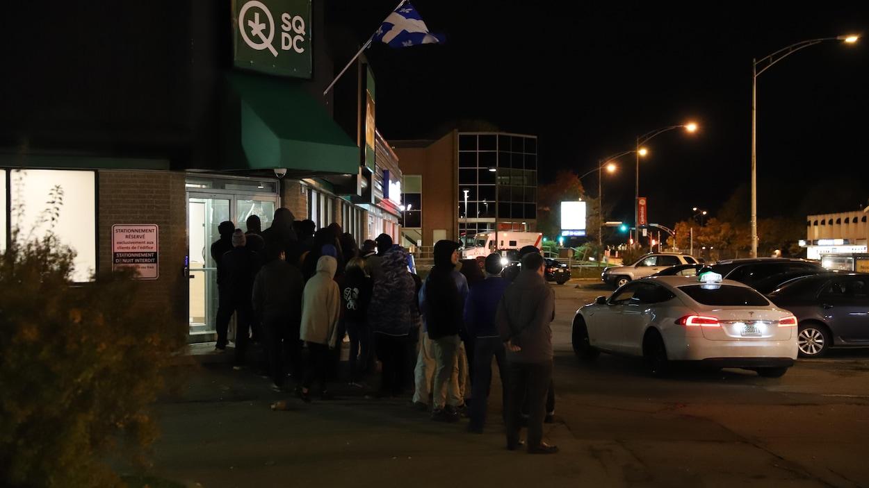 Une file d'attente pour entrer dans une Société québécoise du cannabis de Sainte-Foy à Québec