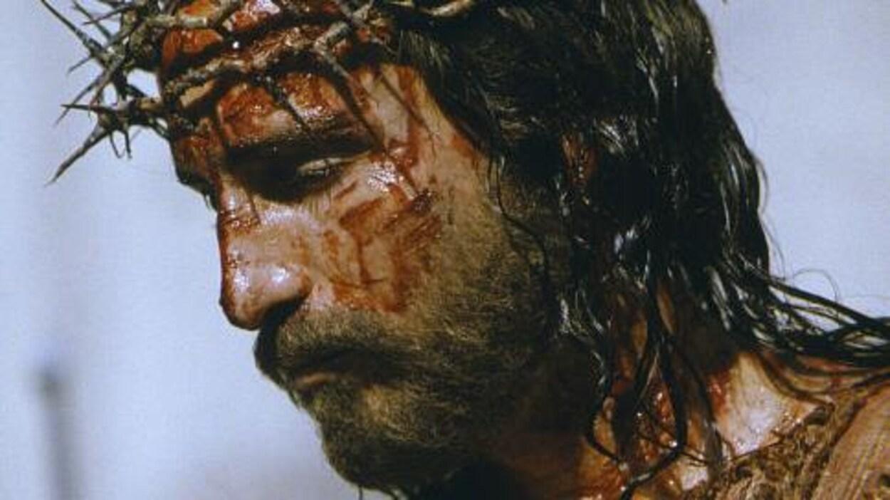 L'acteur a une couronne avec des pics sur la tête et il saigne comme Jésus