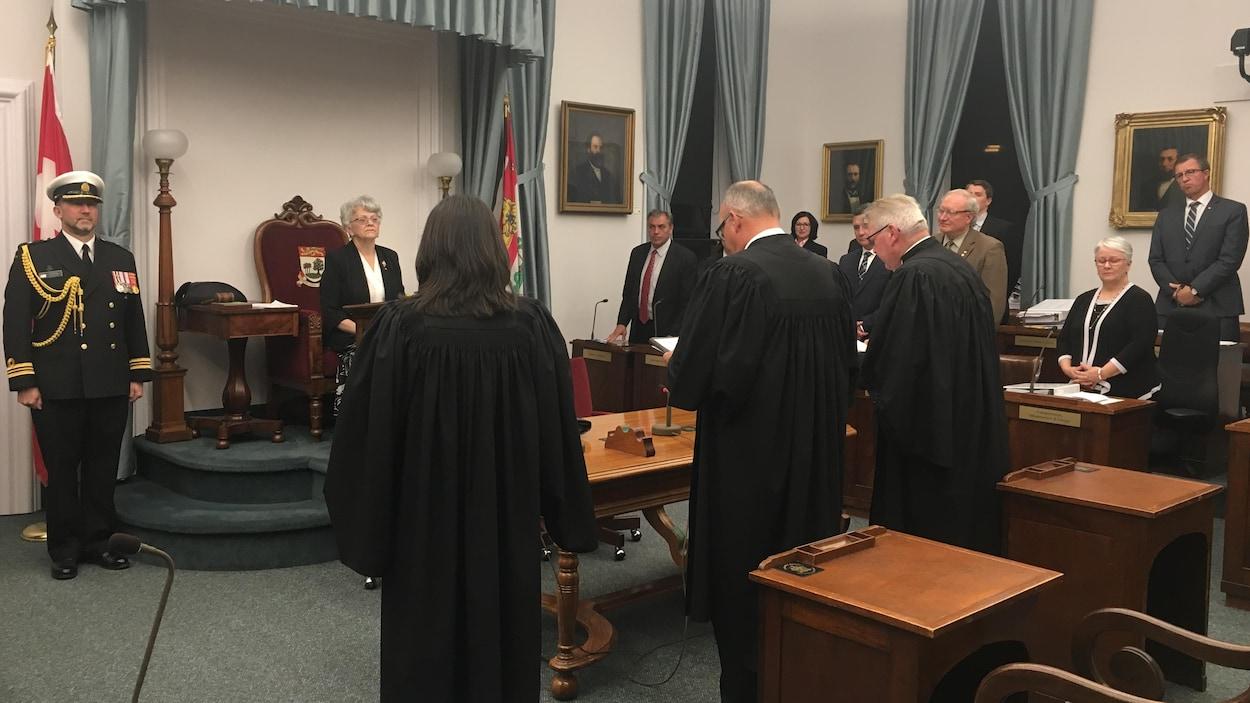 La lieutenante-gouverneure Antoinette Perry a donné la sanction royale à 19 projets de loi adoptés durant la session parlementaire du printemps 2018 à l'Île-du-Prince-Édouard.