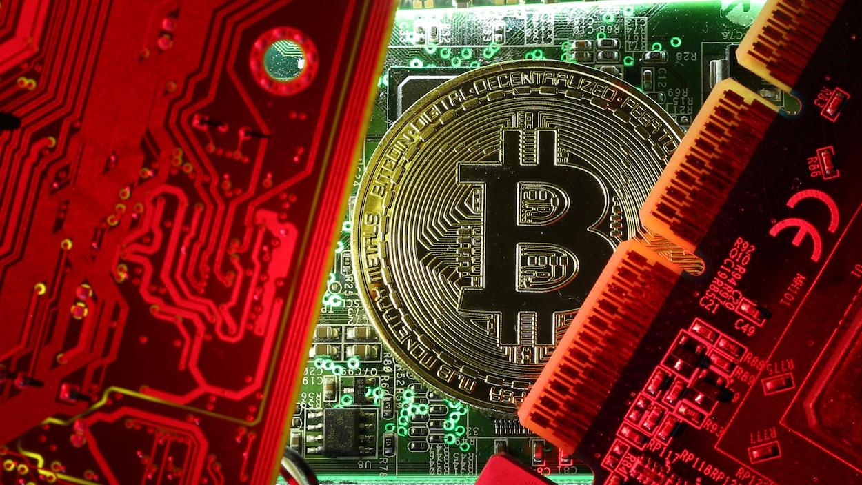 Une pièce de monnaie représentant un bitcoin, entourée de circuits informatiques