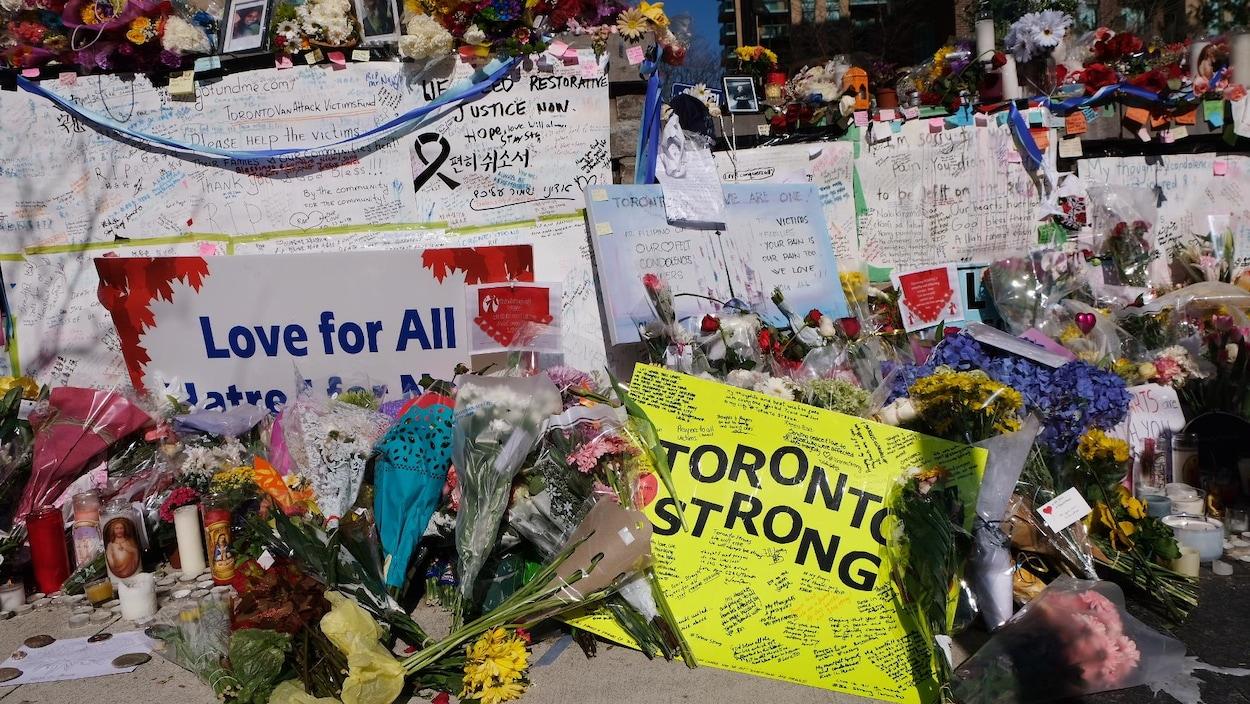 Des centaines de cartes et de fleurs sur le site de l'attaque au véhicule-bélier à Toronto