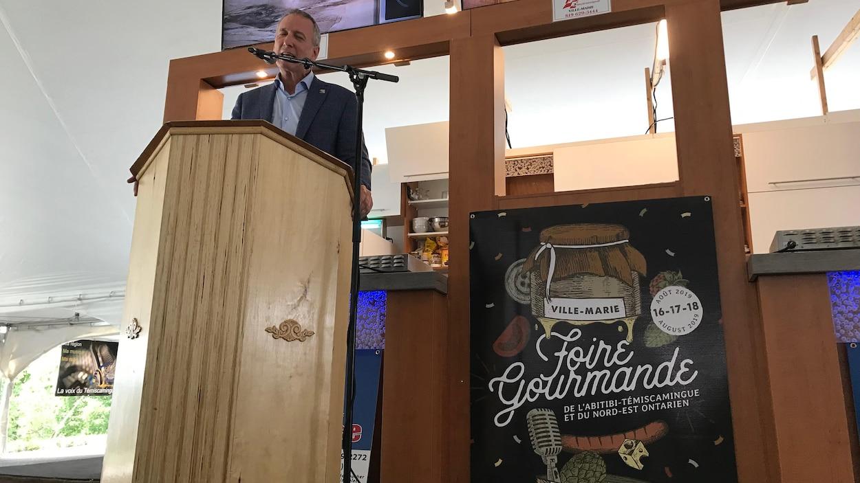 Le ministre de l'Agriculture, des Pêcheries et de l'Alimentation du Québec, André Lamontagne, derrière un lutrin officialise une subvention à Ville-Marie.