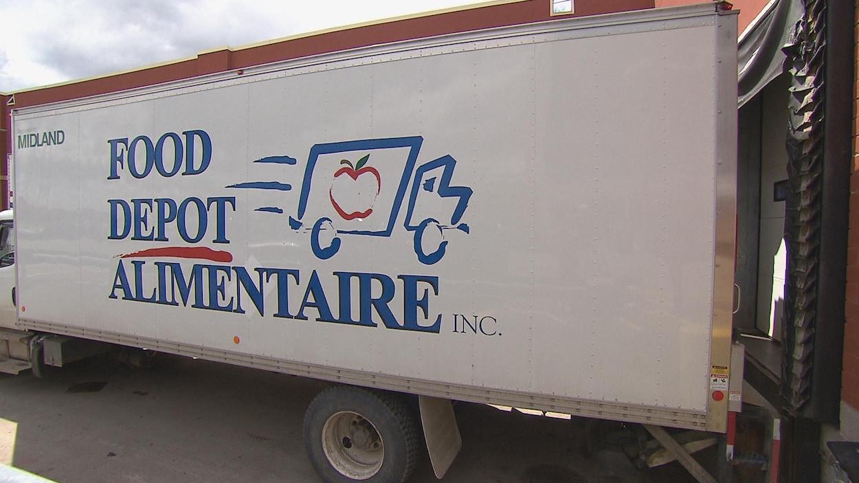 Le camion recule dans la zone de débarquement de l'épicerie.