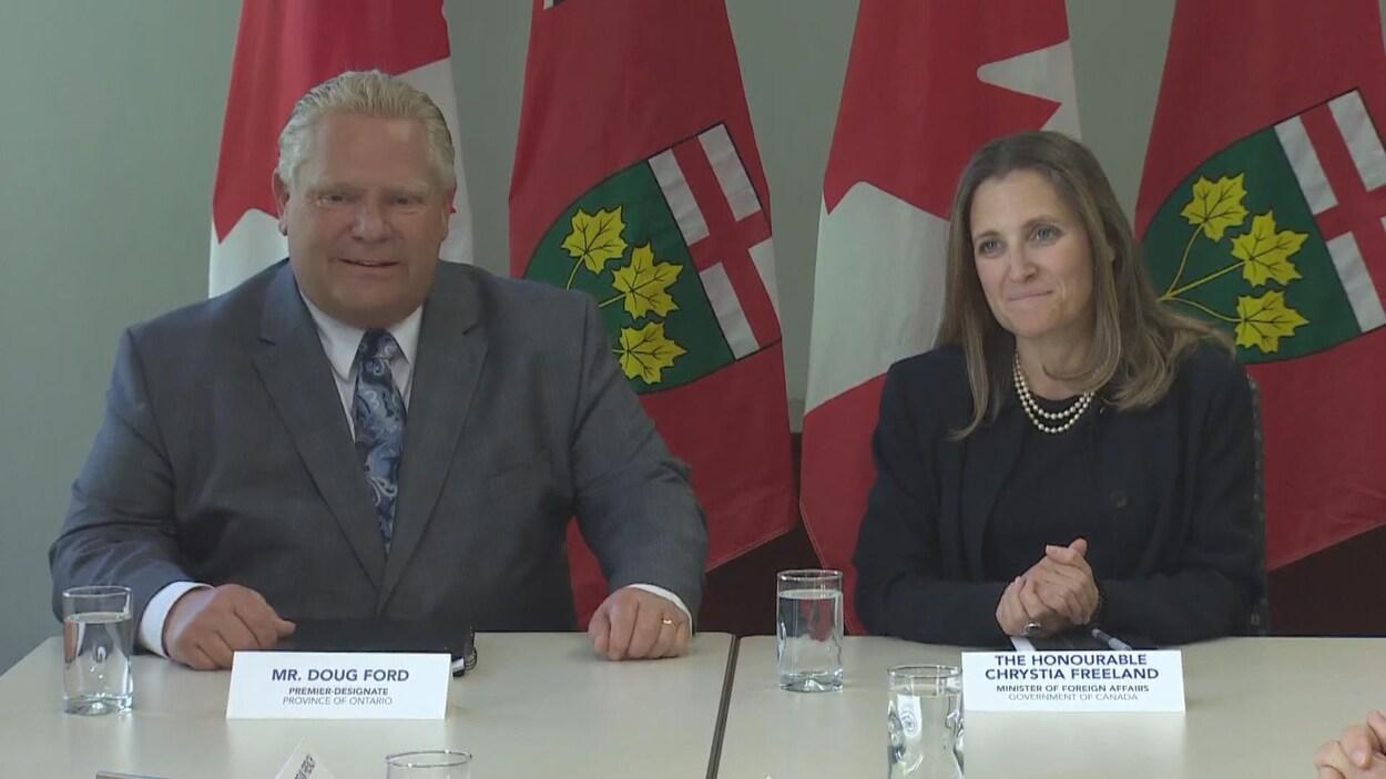 Doug Ford et Chrystia Freeland assis à une table
