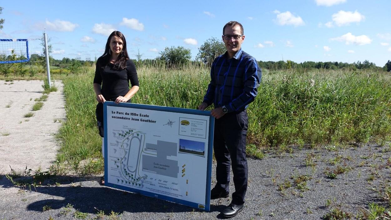 Annie Boulianne et Jean-François Tadros montrent le plan de la future forêt.