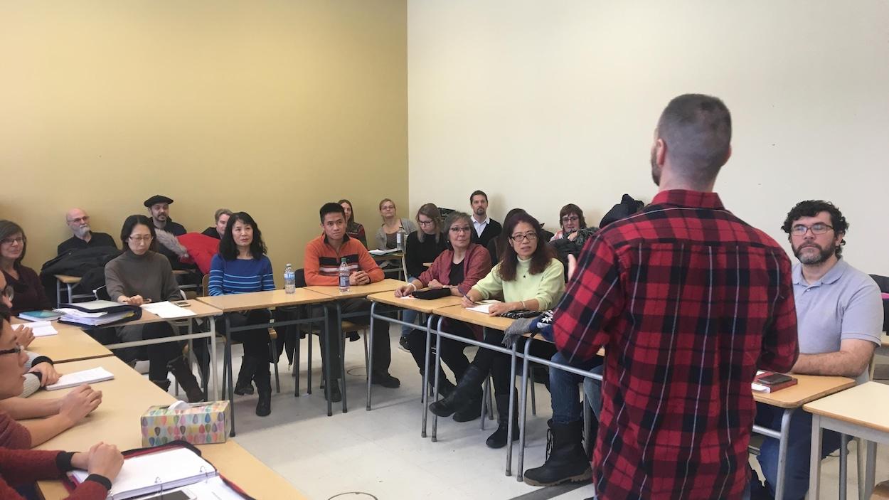 Un étudiant qui vient de terminer sa formation sur l'approche neurolinguistique teste ses apprentissages sur un groupe d'immigrants.