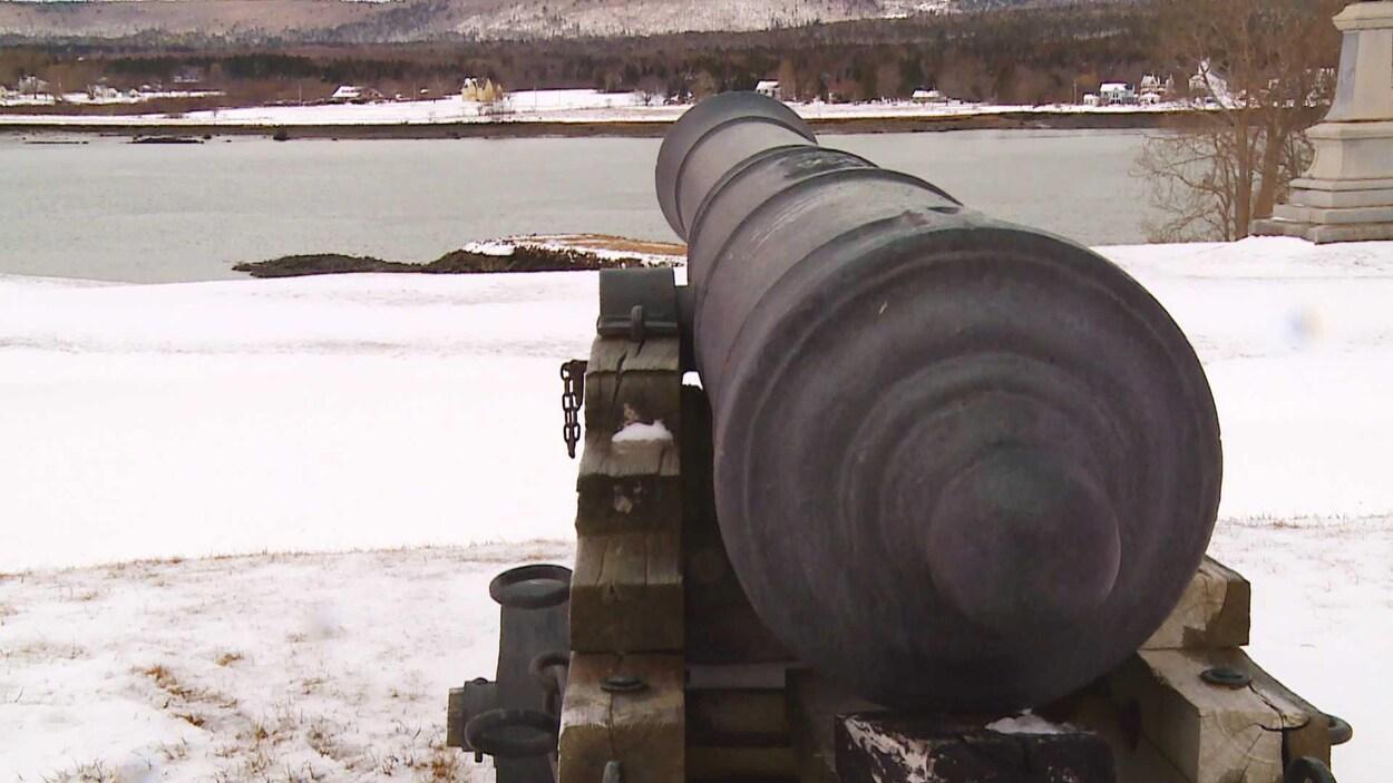 Un canon à Fort Anne fait face au bassin d'Annapolis.