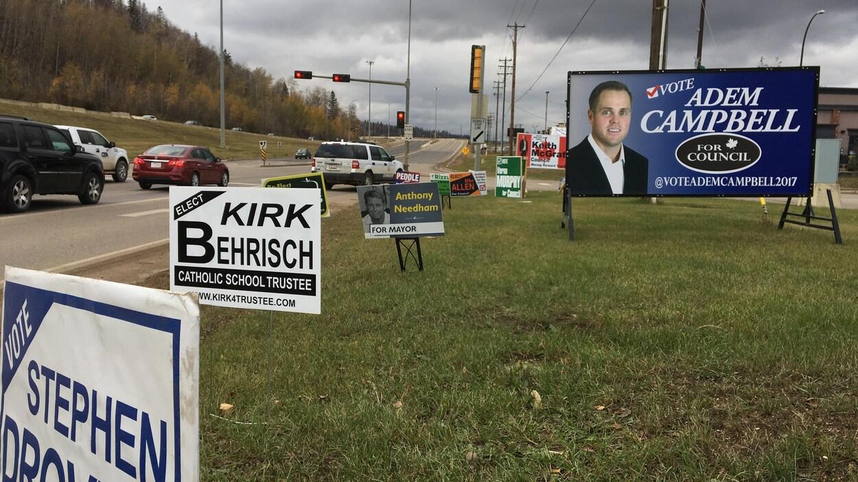 Des pancartes électorales sont installées près d'un carrefour de Fort McMurray.