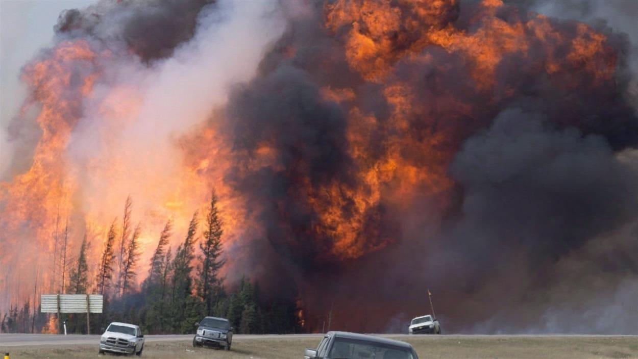 Immense feu de forêt près de l'autoroute 63 à Fort McMurray