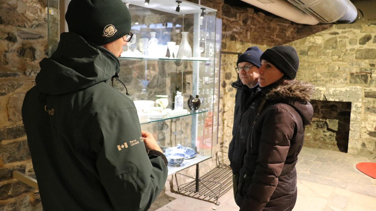 Des visiteurs au lieu historique national des Forts-et-Châteaux-Saint-Louis