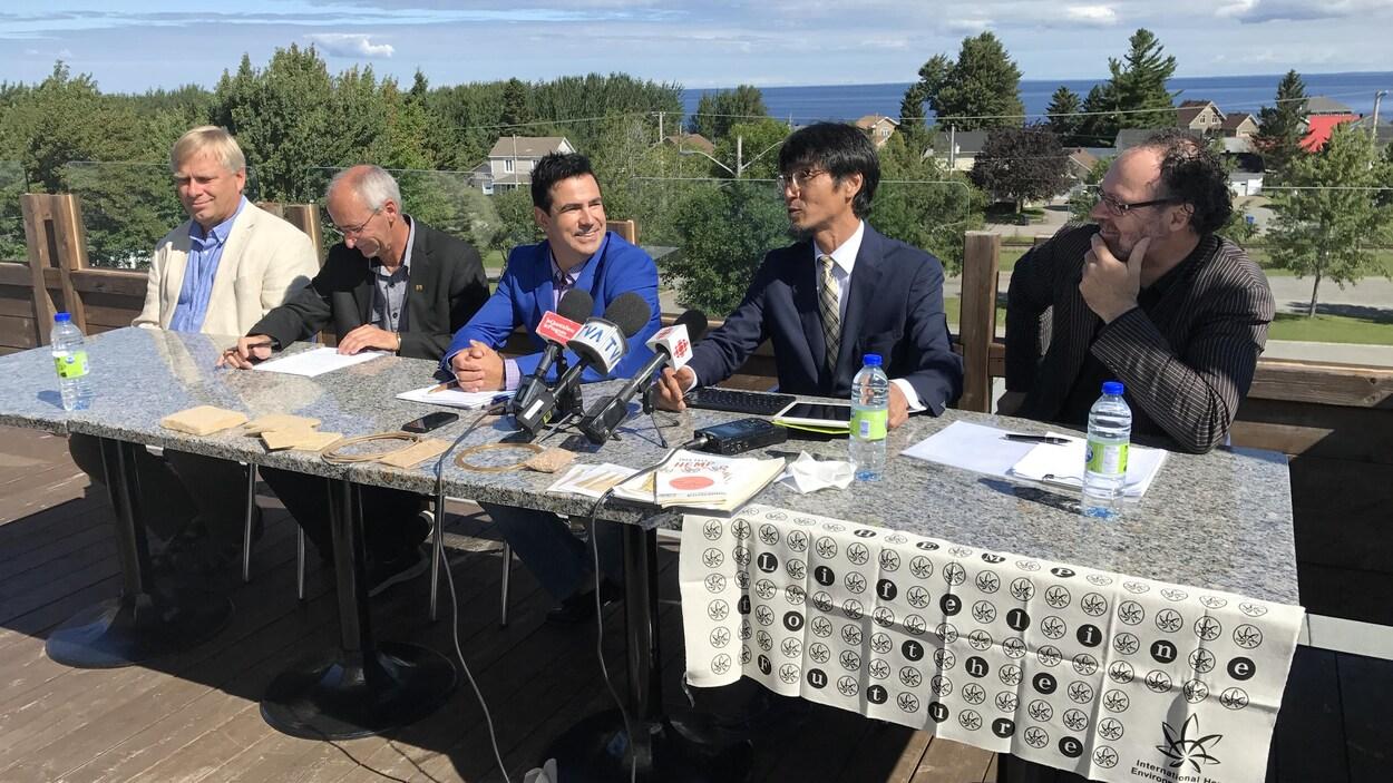 Le maire de Desbiens en compagnie d'autres représentants du milieu
