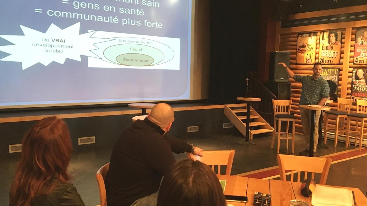 Sébastien Lapointe enseignant au Centre éducatif L'Abri et responsable du programme École Verte Brundtland commente un graphique durant sa présentation au Forum citoyen de Port-Cartier.
