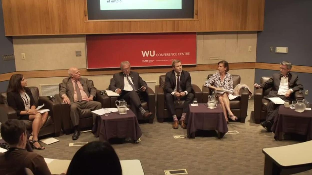 Les cinq chefs assis dans des fauteuil en demi cercle sur la scène