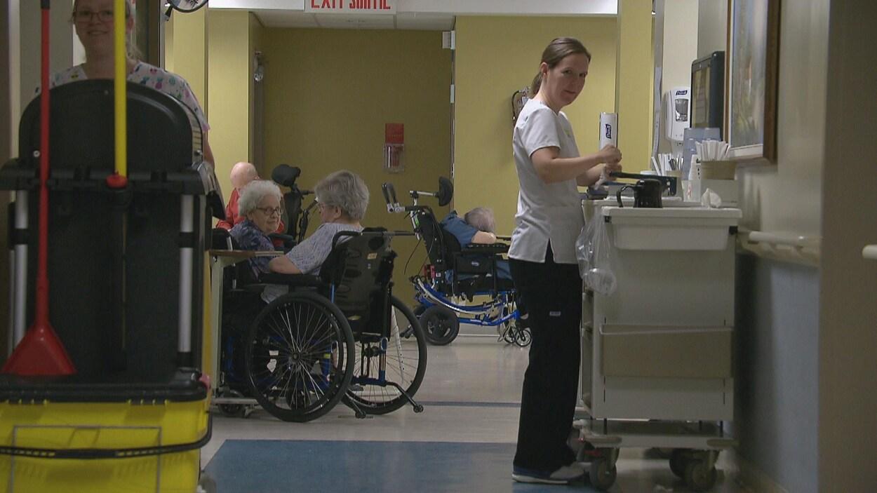 Une infirmière dans un foyer de soins.