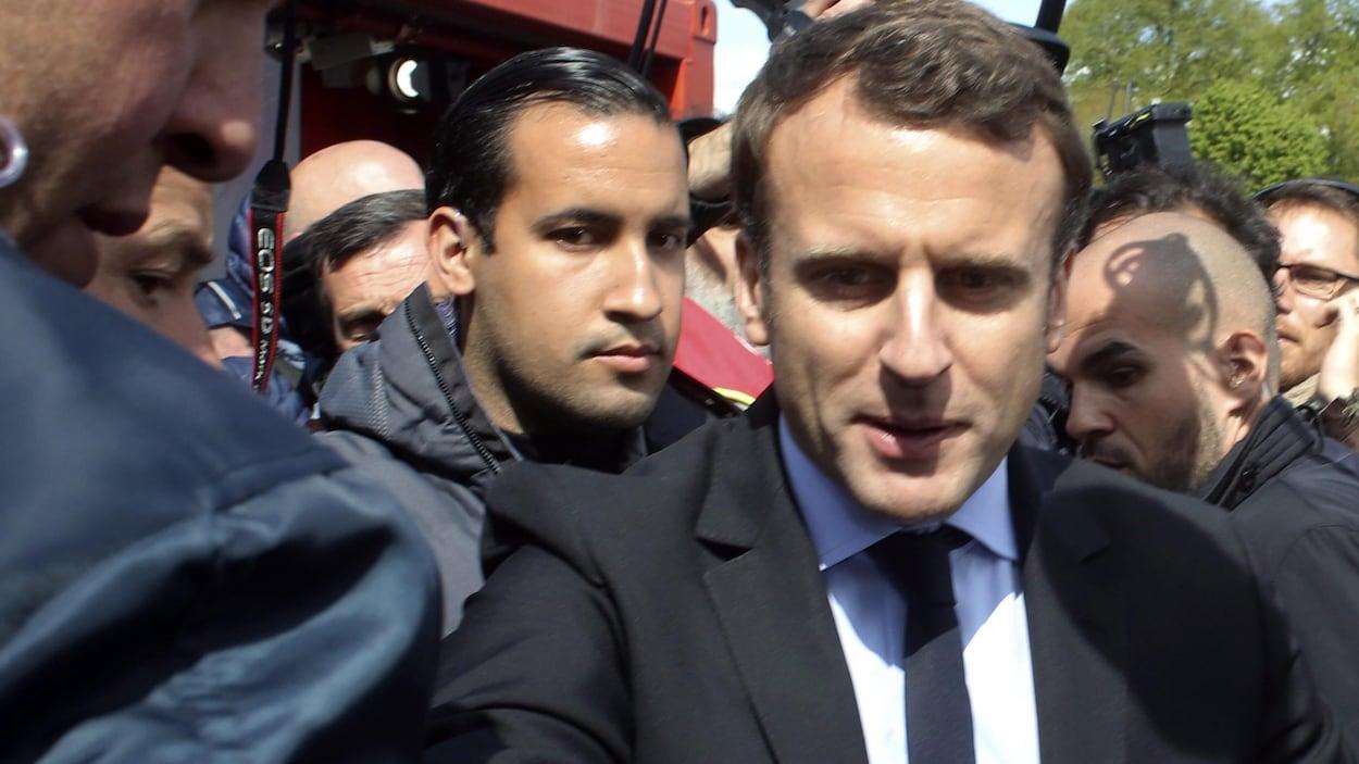 En avril dernier, le président Emmanuel Macron, flanqué, à gauche, de son garde du corps d'alors Alexandre Benalla, à la sortie d'une usine.