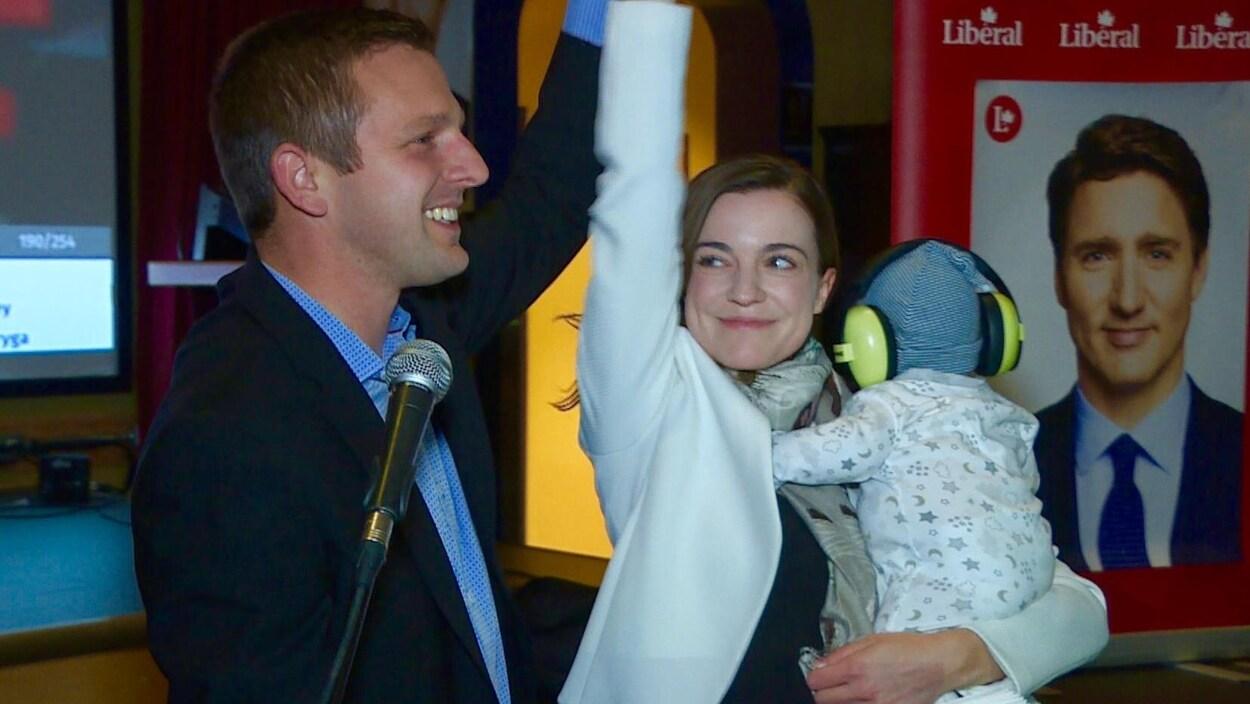 Francis Drouin tient la main d'une femme.