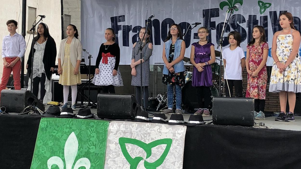 Des enfants sur une scène