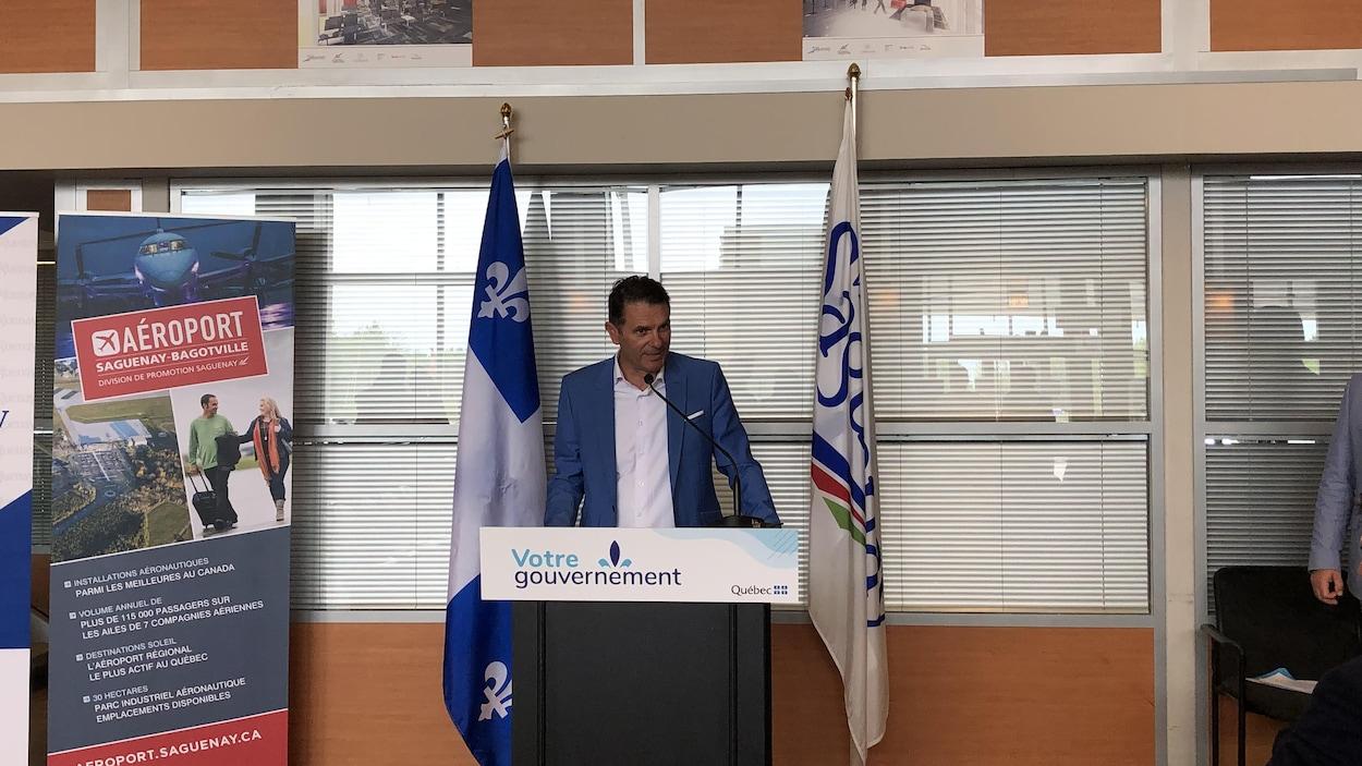 Le ministre à l'aéroport Saguenay-Bagotville.