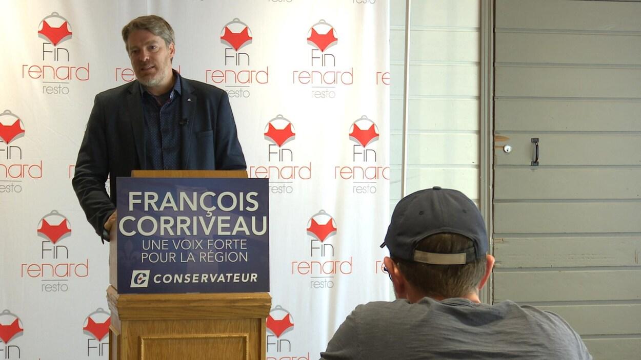François Corriveau lors d'une conférence de presse.