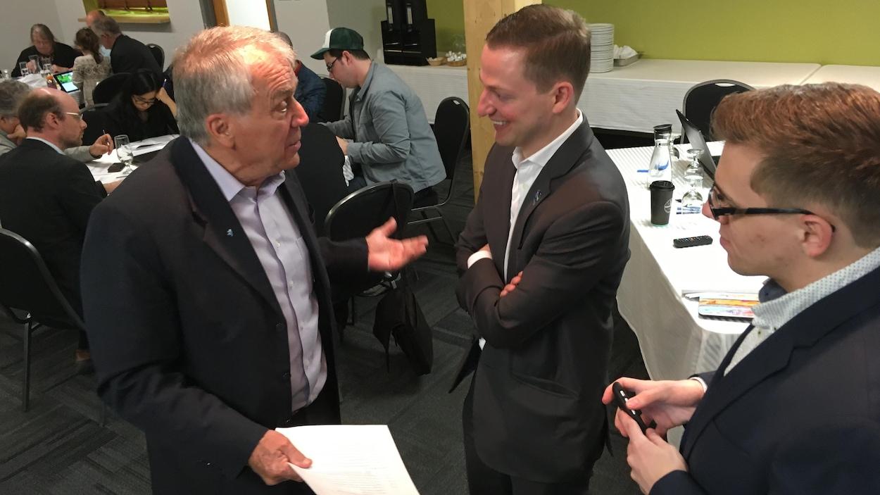 Le député François Gendron rencontre des militants du PQ.
