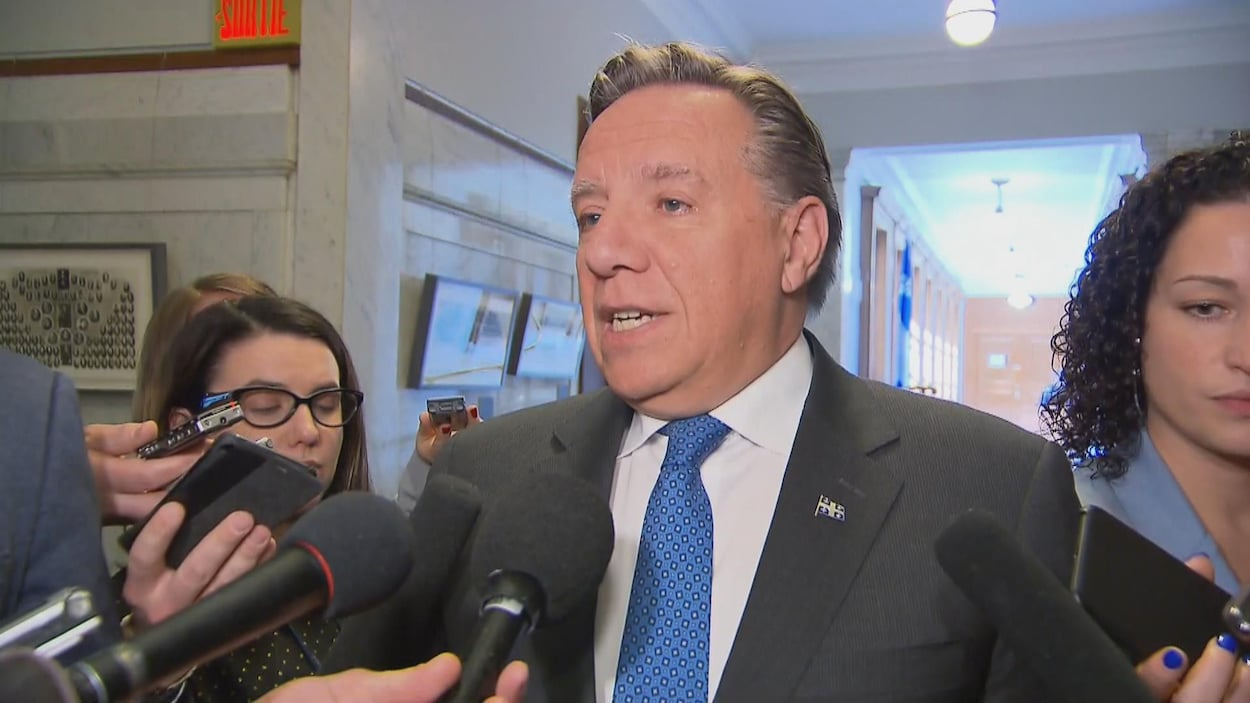 François Legault devant des micros de journalistes à Québec.