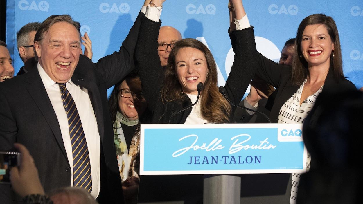 Trois personnalités politiques triomphantes sur une scène