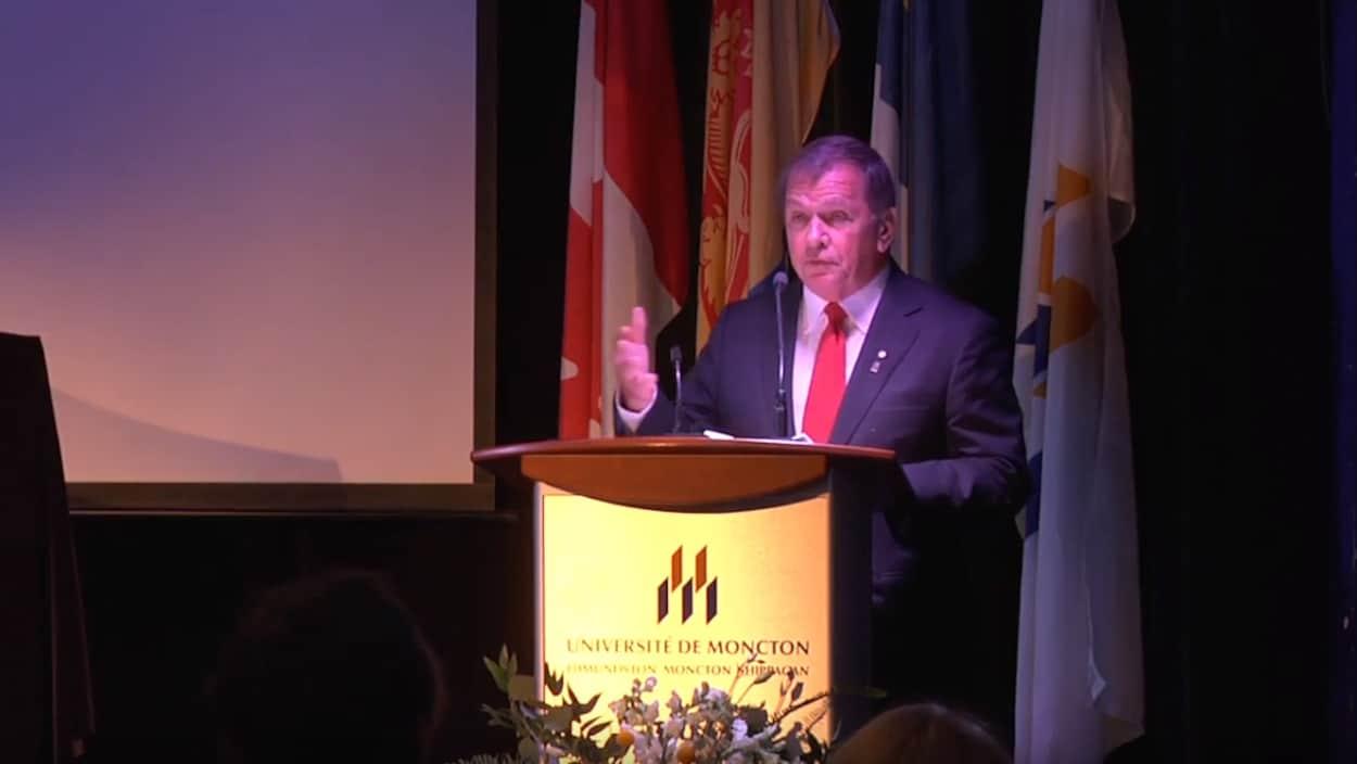 Frank McKenna prononce un discours à l'Université de Moncton.