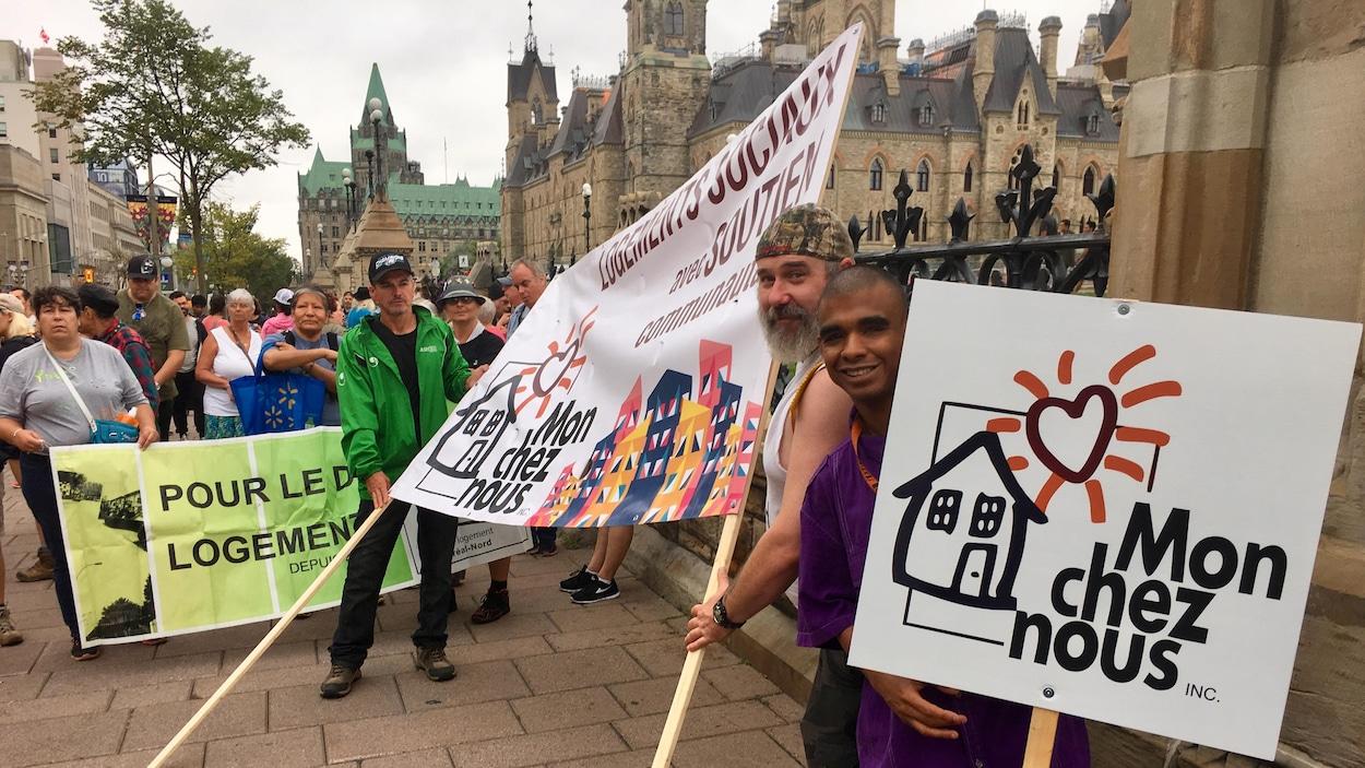 Des marcheurs près du parlement à Ottawa.