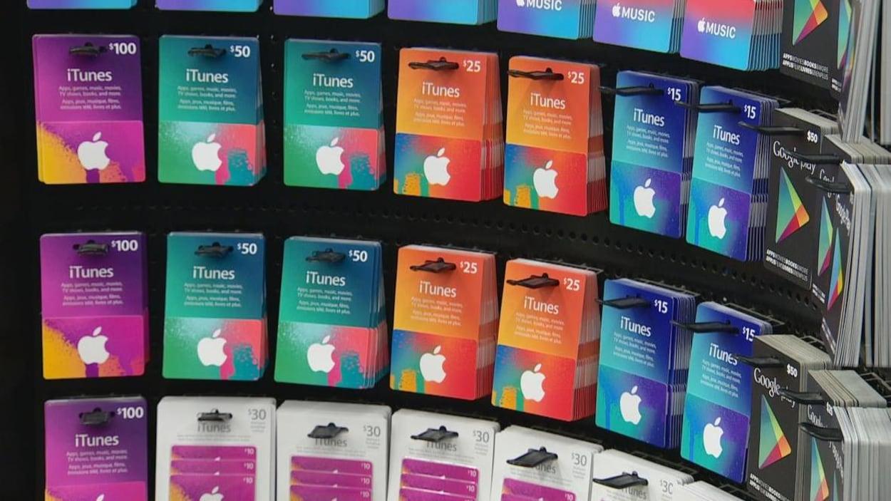 Des cartes-cadeaux ITunes sur un étalage.