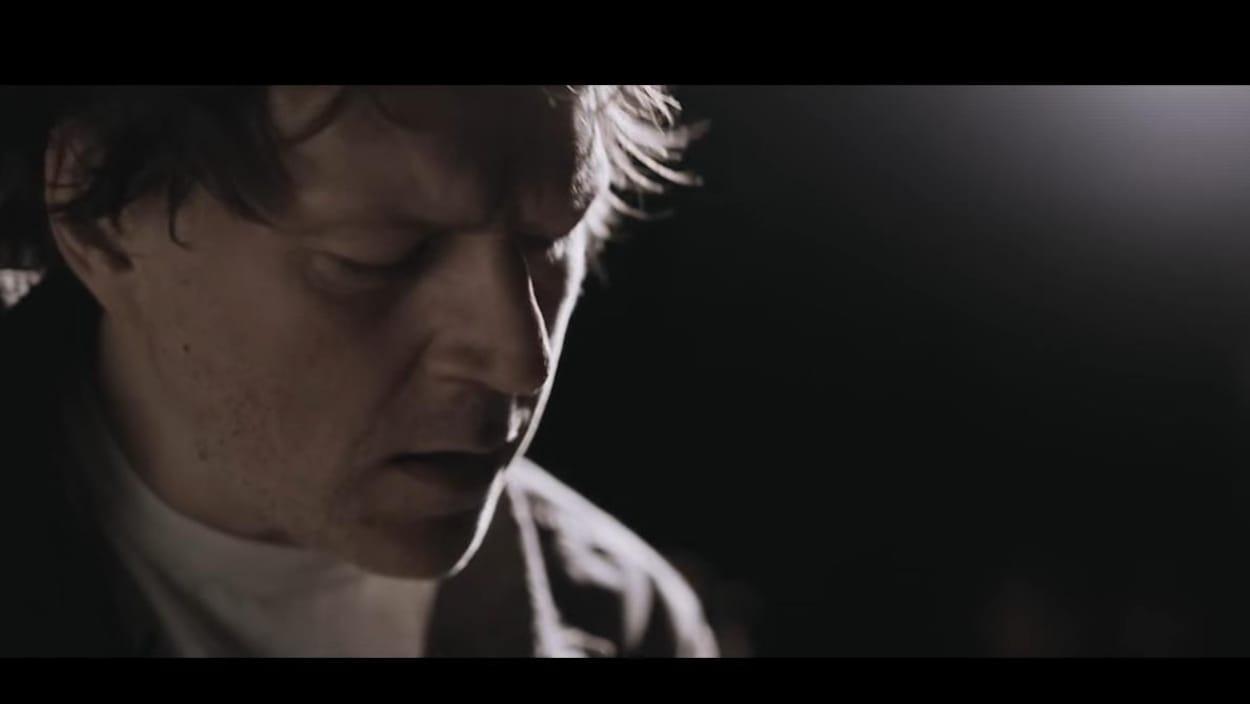 Arrêt sur image tiré du vidéoclip de la chanson « Tu m'aimes-tu » de Desjardins, interprétée par Fred Fortin