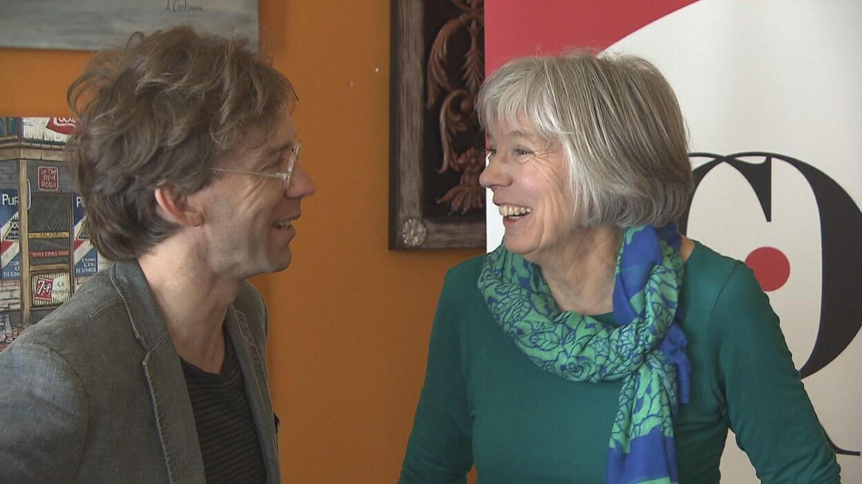 Le conteur Fred Pellerin et la conteuse Françoise Crête s'entretiennent lors du dévoilement de la résidence de création pour conteur.