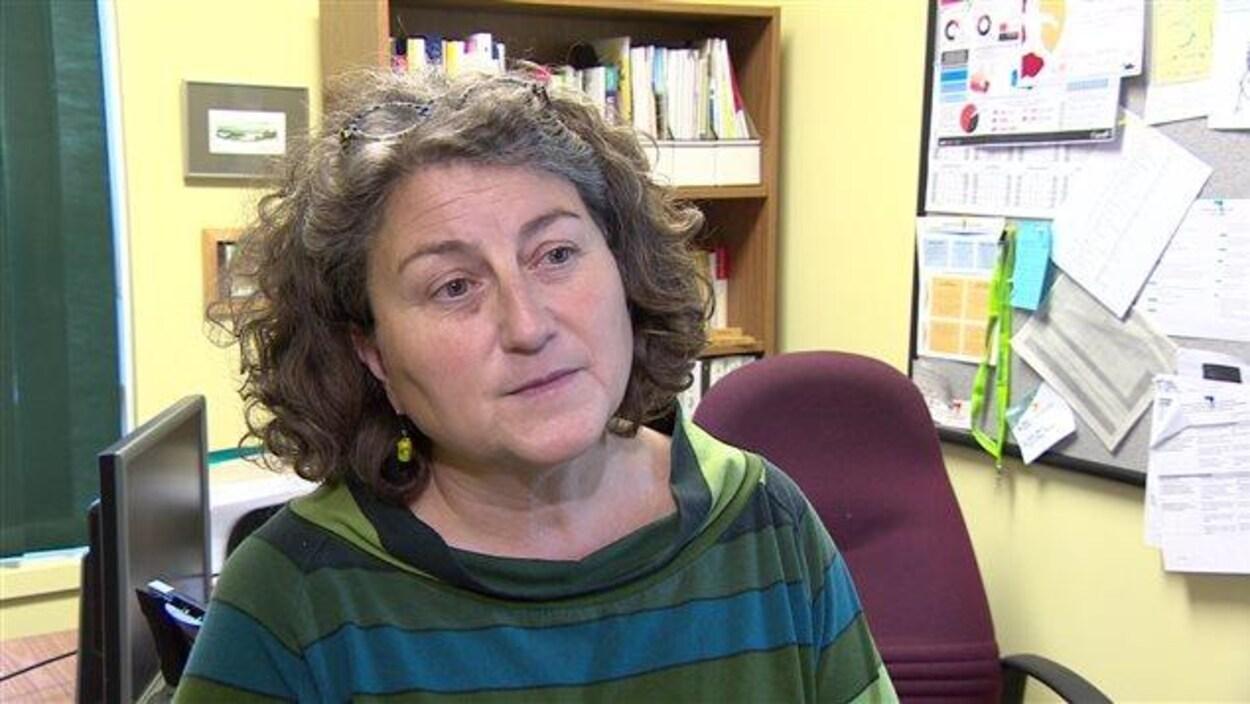 Frédérique Baudemont devant son bureau.