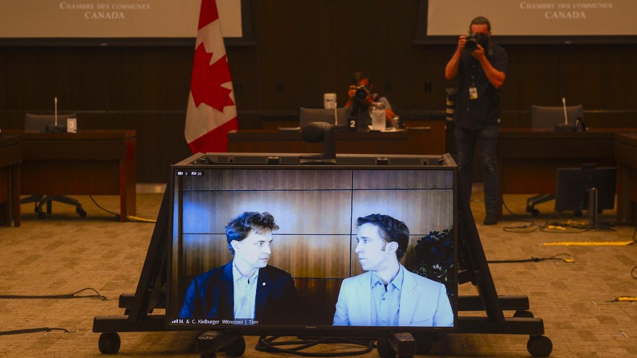 Portrait des frères Kielburger sur un écran.