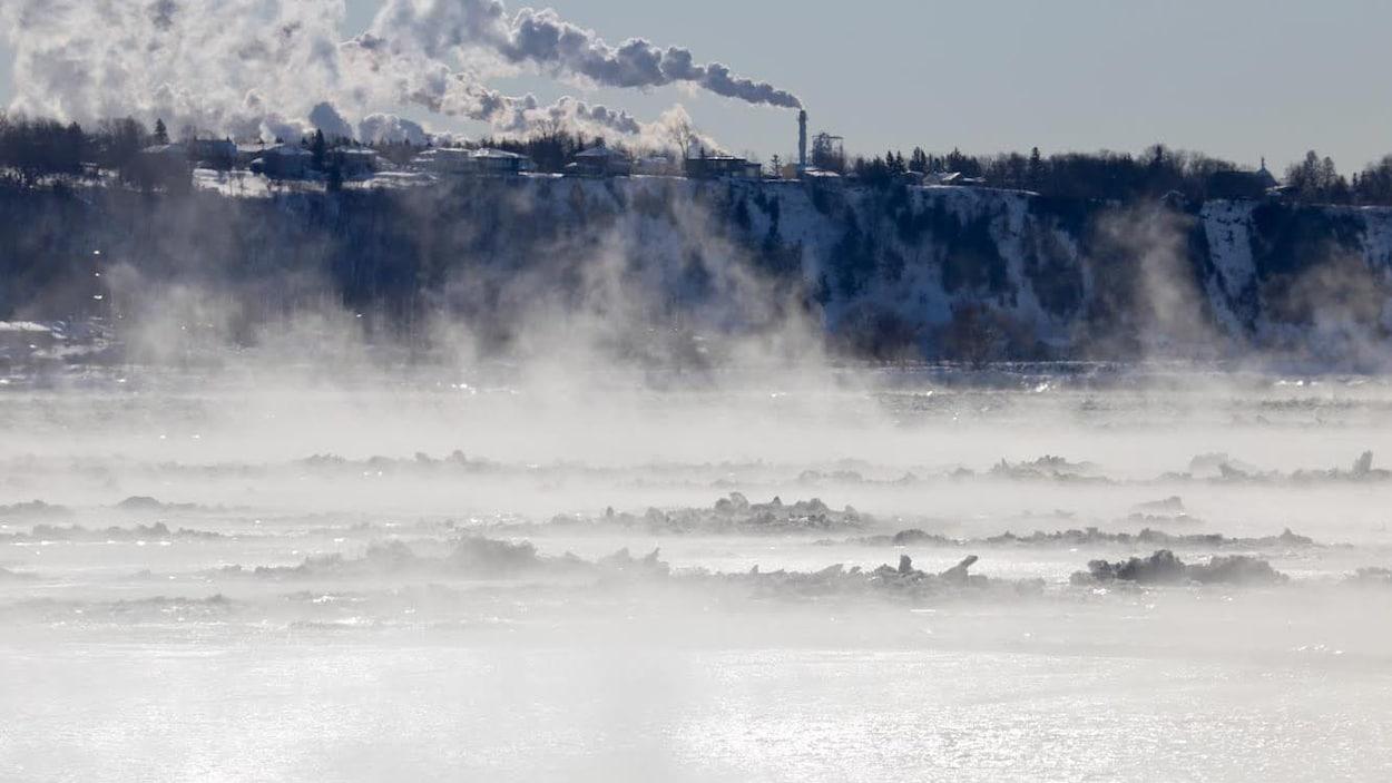 La fumée se dégage du fleuve Saint-Laurent, au large de Québec, en raison du froid.