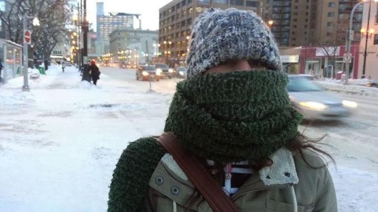 Une femme avec le visage couvert d'un foulard.
