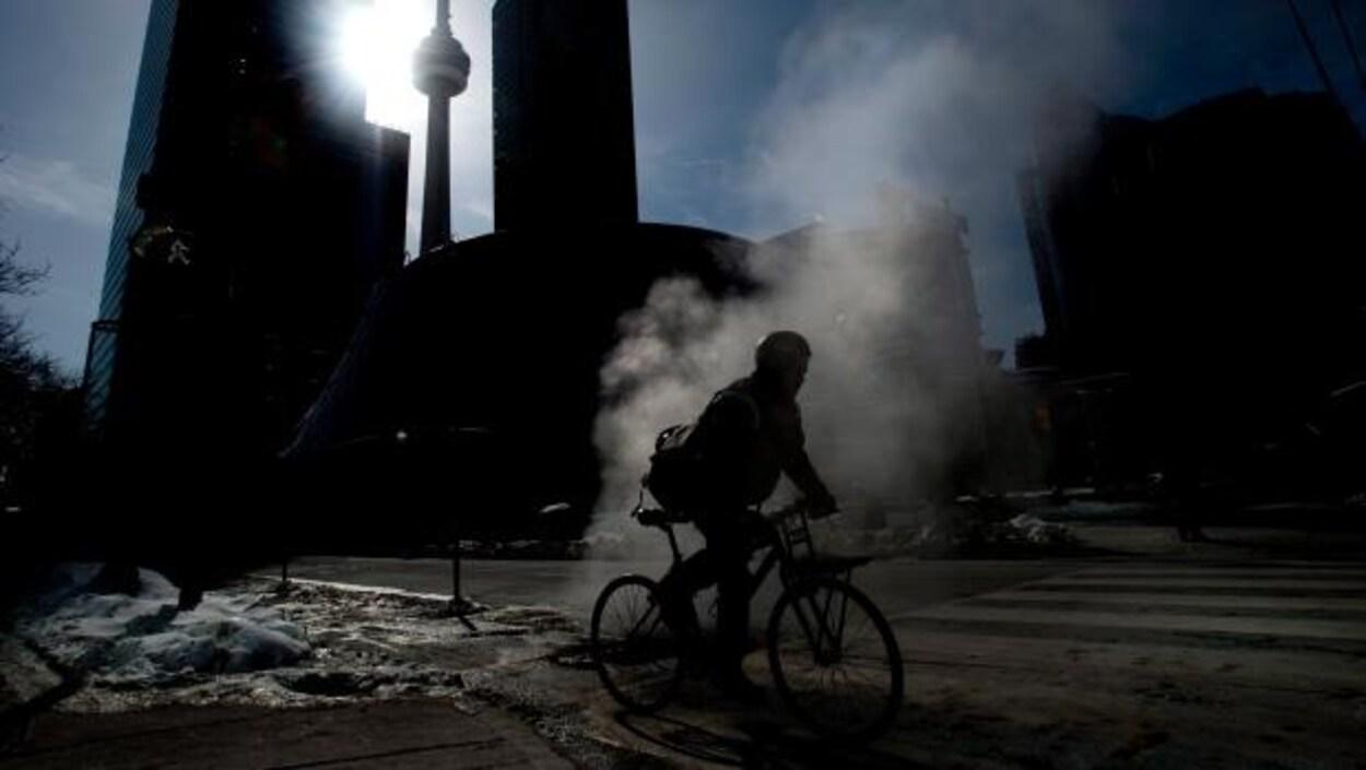 Un cycliste à Toronto en hiver.