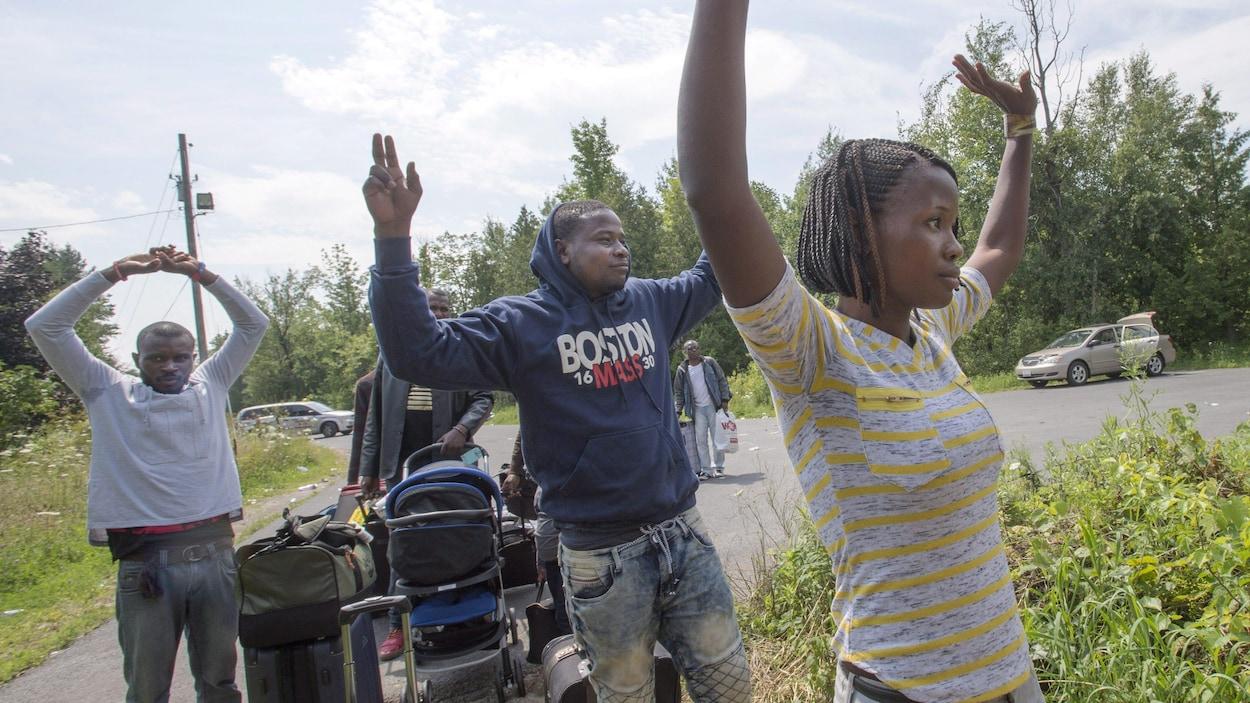 Un groupe de migrants traversent la frontière à Saint-Bernard-de-Lacolle, au Québec.