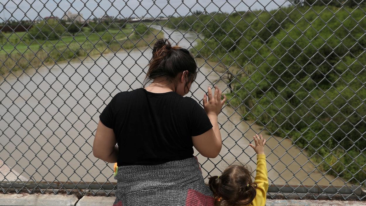 Une Hondurienne  et sa fille ont été refoulées au Mexique après s'être fait interdire l'entrée aux États-Unis au Texas.